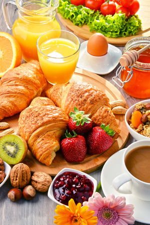 alimentacion equilibrada: El desayuno consiste en cruasanes, café, frutas, zumo de naranja, café y mermelada. Dieta equilibrada. Foto de archivo
