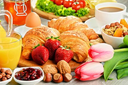 alimentacion balanceada: El desayuno consiste en cruasanes, café, frutas, zumo de naranja, café y mermelada. Dieta equilibrada. Foto de archivo