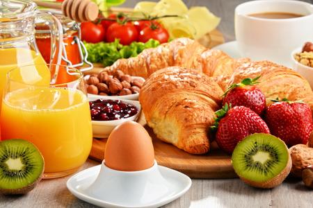 comidas saludables: El desayuno consiste en cruasanes, café, frutas, zumo de naranja, café y mermelada. Dieta equilibrada. Foto de archivo