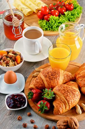 alimentacion equilibrada: El desayuno consiste en cruasanes, caf�, frutas, zumo de naranja, caf� y mermelada. Dieta equilibrada. Foto de archivo