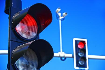 luz roja: Semáforos en el cielo azul. Foto de archivo