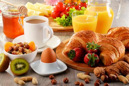 balanced diet: El desayuno consiste en cruasanes, caf�, frutas, zumo de naranja, caf� y mermelada. Dieta equilibrada. Foto de archivo