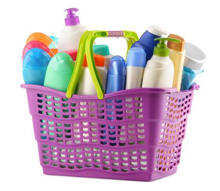 productos de belleza: cesta de plástico con productos para el cuidado corporal y de belleza aislado en blanco