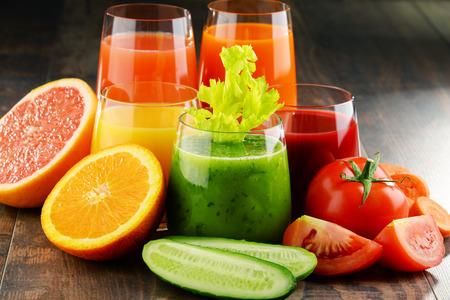 Vetri con verdura e succhi di frutta biologici freschi. dieta Detox Archivio Fotografico