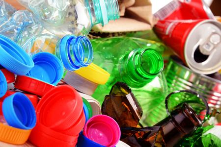 basura reciclable que consiste en vidrio, plástico, metal y papel. Foto de archivo