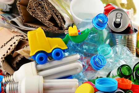 metallschrott: Recyclable garbage consisting of glass, plastic, metal and paper.