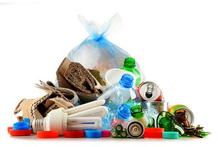 Recycleerbaar afval bestaande uit glas, kunststof, metaal en papier op een witte