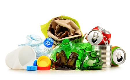 basura: basura reciclable que consiste en vidrio, plástico, metal y papel aislado en blanco