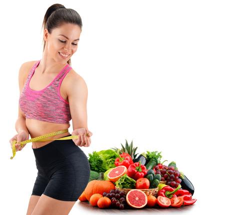 gimnasio mujeres: Mujer joven que se mide. La pérdida de peso.
