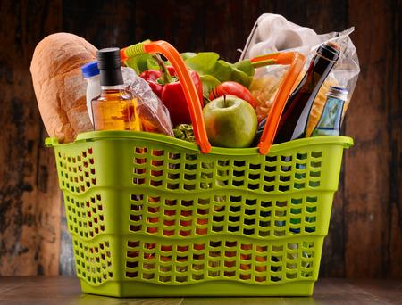 Kunststoff Warenkorb mit verschiedenen Produkten gorcery