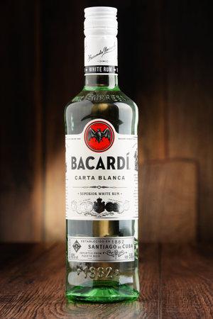 Poznan, Polen - 22 juni 2016: Bacardi witte rum is een product van Bacardi Limited, de grootste onafhankelijke, familiebedrijf geesten bedrijf in de wereld, met het hoofdkantoor in Hamilton, Bermuda. Redactioneel