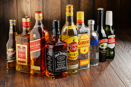 botella de licor: Poznan, Polonia - 23 de junio de 2016: En todo el mundo alrededor de 2 mil millones de personas usan el alcohol, una de las drogas recreativas más ampliamente utilizados en la tierra, con un consumo anual de más de 6 litros de alcohol puro por persona Editorial