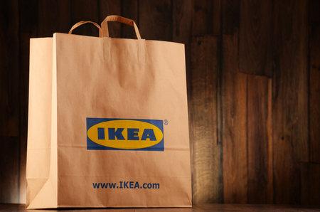 Poznan, Polen - 22 juni 2016: Opgericht in Zweden in 1943 IKEA is 's werelds grootste retailer meubelen, exploiteert 384 winkels in 48 landen, is de verkoop van ongeveer 12.000 producten