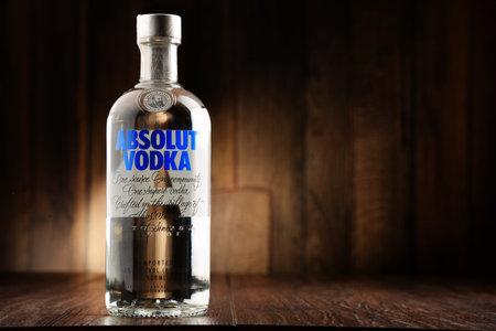 Poznàn - 22. Juni 2016: Absolut Vodka ist eine Marke von Wodka, in der Nähe von Ahus produziert, in Schweden. Im Besitz von Französisch-Gruppe Pernod Ricard ist es einer der größten Marke von alkoholischen Spirituosen der Welt. Editorial
