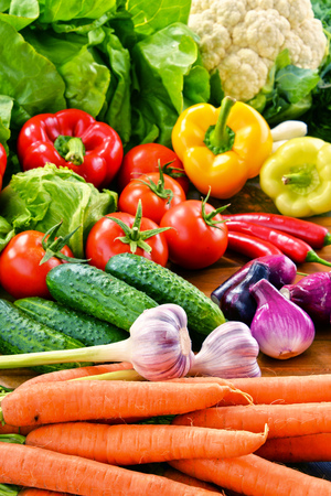 alimentacion balanceada: Composición con variedad de verduras orgánicas frescas.