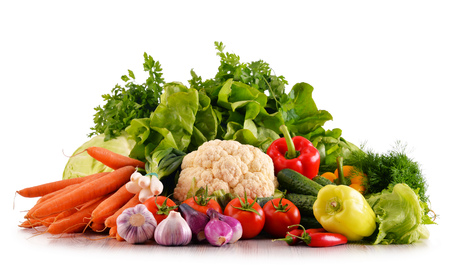 alimentacion balanceada: Composición con variedad de verduras orgánicas frescas aislados en blanco