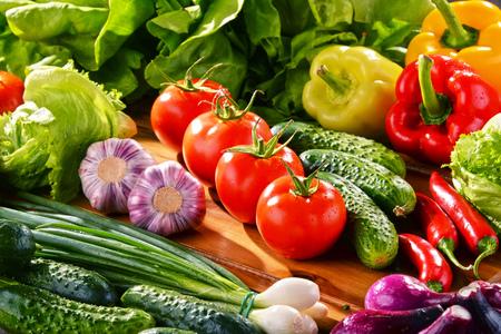 produits alimentaires: Composition avec une variété de légumes biologiques frais. Banque d'images