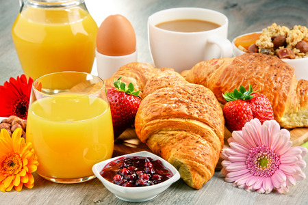alimentacion balanceada: El desayuno consiste en cruasanes, caf�, frutas, zumo de naranja, caf� y mermelada. Dieta equilibrada. Foto de archivo