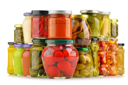 Los frascos con variedad de verduras en vinagre. Alimento conservado