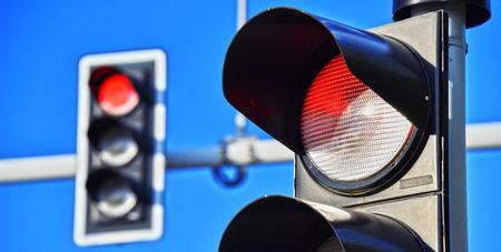 luz roja: Semáforos en el cielo azul. luz roja