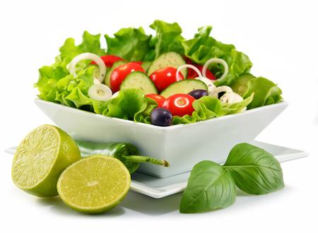 ensalada de verduras: Vegetal ensaladera aislado sobre fondo blanco