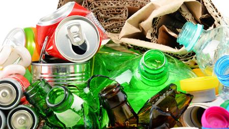basura: basura reciclable que consiste en vidrio, plástico, metal y papel.