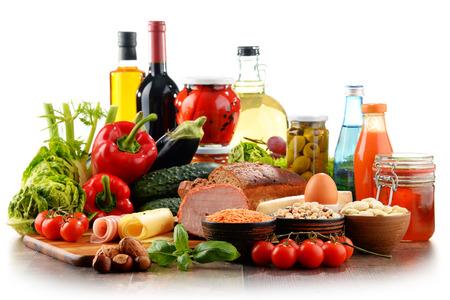 Samenstelling met verscheidenheid van organische voedingsmiddelen die op wit worden geïsoleerd Stockfoto - 61847353