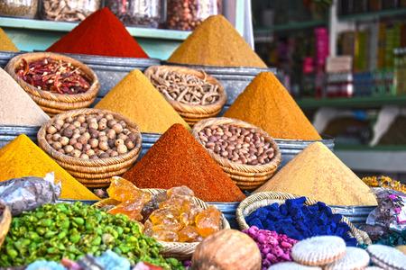 Vielzahl von Gewürzen auf der arabischen Straße Marktstand