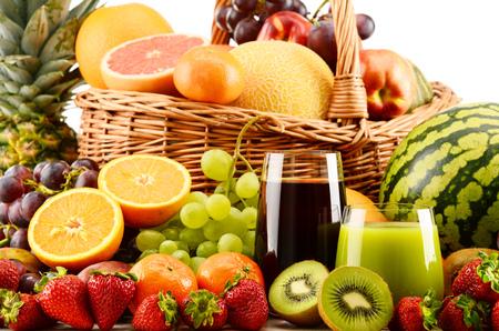 alimentacion equilibrada: Composición con frutas y vasos de jugo de surtidos. Dieta equilibrada