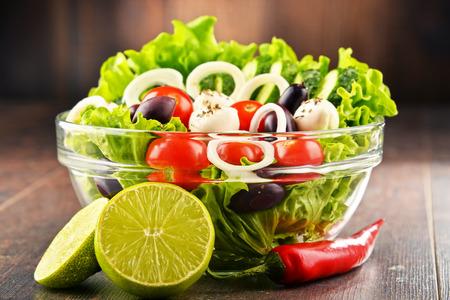 Zusammensetzung mit Gemüsesalatschüssel. Ausgewogene Ernährung. Standard-Bild - 64678107