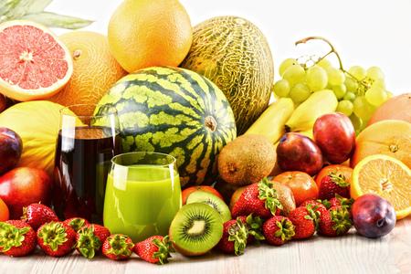 alimentacion balanceada: Composición con frutas y vasos de jugo de surtidos. Dieta equilibrada