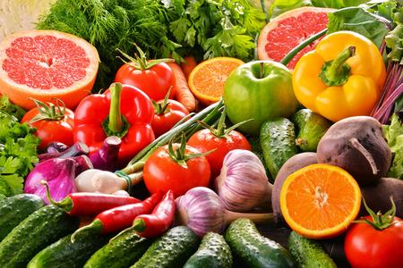 Composizione con varietà di verdure fresche biologiche e frutta. Archivio Fotografico - 64678137