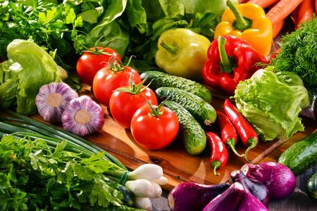 alimentacion balanceada: Composition with variety of fresh organic vegetables.