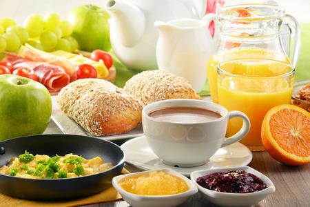 Breakfast served with coffee, orange juice, egg, rolls and honey. Balanced diet. Archivio Fotografico
