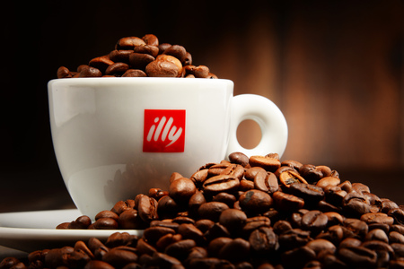 POZNAN, POLAND - APRIL 29, 2016: Illy is an Italian coffee roasting company that specializes in the production of espresso. Founded by Francesco Illy in 1933. 新聞圖片