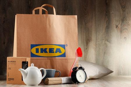 POZNAN, POL - 3 november 2016: Opgericht in Zweden in 1943 IKEA is 's werelds grootste retailer meubelen, exploiteert 384 winkels in 48 landen en verkoopt ongeveer 12.000 producten (apparatuur en woonaccessoires)