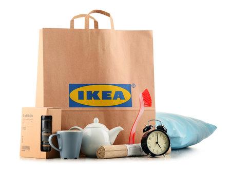 POZNAN, POL - 3 november 2016: Opgericht in Zweden in 1943 IKEA is 's werelds grootste retailer meubelen, exploiteert 384 winkels in 48 landen en verkoopt ongeveer 12.000 producten (apparatuur en woonaccessoires) Redactioneel