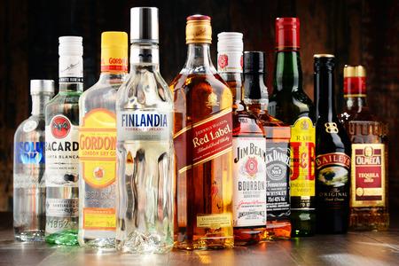 POZNAN, POLOGNE - NOV 23, 2016: Worldwide quelque 2 milliards de personnes consomment de l'alcool, l'une des drogues récréatives les plus largement utilisés sur la terre, avec une consommation annuelle de plus de 6 litres d'alcool pur par personne Banque d'images - 66049911