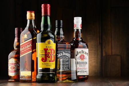 alcoholismo: Poznan, Polonia - 23 de noviembre, 2016: El whisky es el licor más popular en el mundo. Probablemente se originó en Irlanda, ahora se produce también en la India, Escocia, EE.UU., Canadá y Japón.