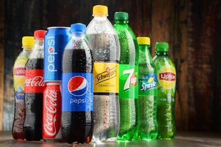 Poznan, Polonia - 23 de noviembre, 2016: El mercado global de refrescos está dominado por las marcas de algunas empresas multinacionales fundadas en América del Norte. Entre ellos se encuentran Pepsico, Coca Cola y Dr. Pepper Snapple Group
