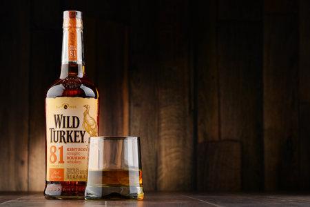 POZNAN, POLÔNIA - 22 de novembro de 2016: Wild Turkey é uma marca de uísque bourbon direto de Kentucky produzido pela divisão de Austin Nichols do Grupo Campari