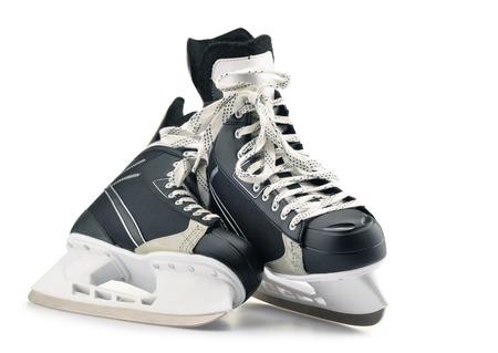 Paire de patins de hockey sur glace isolés sur fond blanc.
