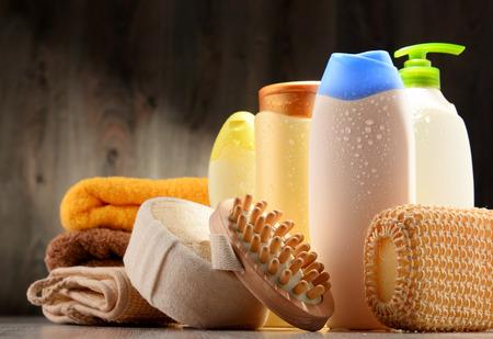 aseo personal: Las botellas de plástico de productos para el cuidado corporal y de belleza. Foto de archivo