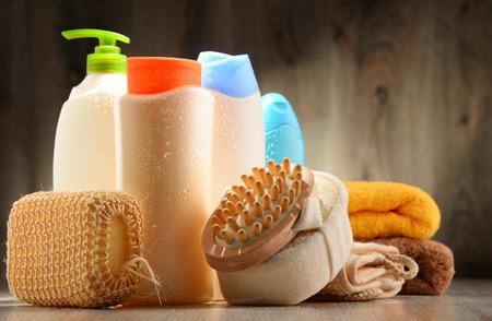 productos de belleza: Las botellas de plástico de productos para el cuidado corporal y de belleza. Foto de archivo