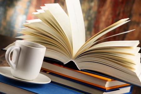 portadas libros: Composición con los libros y la taza de café. Foto de archivo