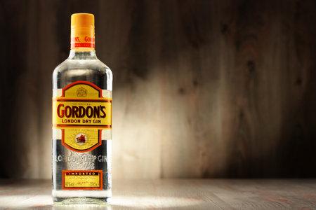 destilacion: Poznan, Polonia - 8 DE DICIEMBRE, 2016: Gordon es una marca de mejor venta de ginebra London Dry del mundo. Es propiedad de la compañía de bebidas alcohólicas británica Diageo.