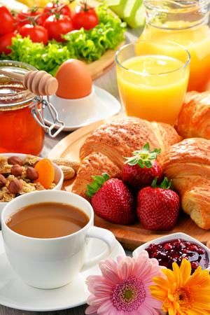 alimentacion balanceada: El desayuno consiste en cruasanes, café, fruta, zumo de naranja y mermelada. Dieta equilibrada.