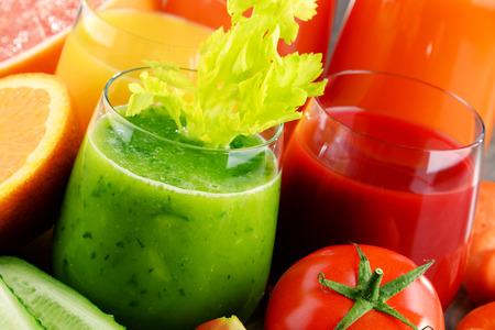 Vetri con verdura e succhi di frutta biologici freschi. dieta Detox