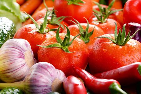 Composición con variedad de verduras orgánicas frescas y frutas.