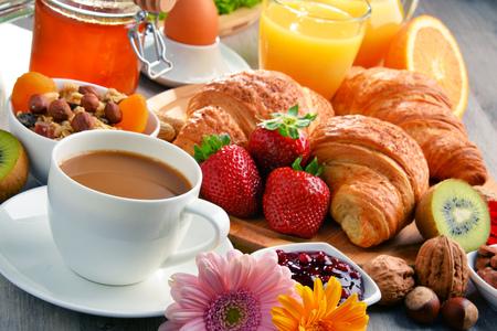 alimentacion balanceada: Breakfast consisting of croissants, coffee, fruits, orange juice and jam. Balanced diet.